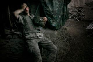Ein Soldat ruht sich nach Kämpfen in Afghanistan aus. Das Foto wurde ausgezeichnet mit dem World Press Photo Award.