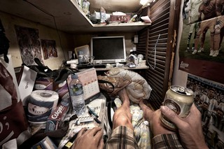 Die Innenansicht einer der winzigen Wohnungen in Hongkong