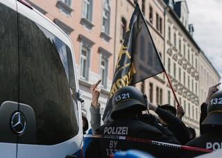 Linker Demonstrant erhebt seinen Mittelfinger am Rande der Neonazi-Demo in Chemnitz
