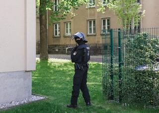 Polizist am Rande der Demonstration