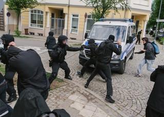 Polizist sprüht Pfefferspray auf linken Demonstranten