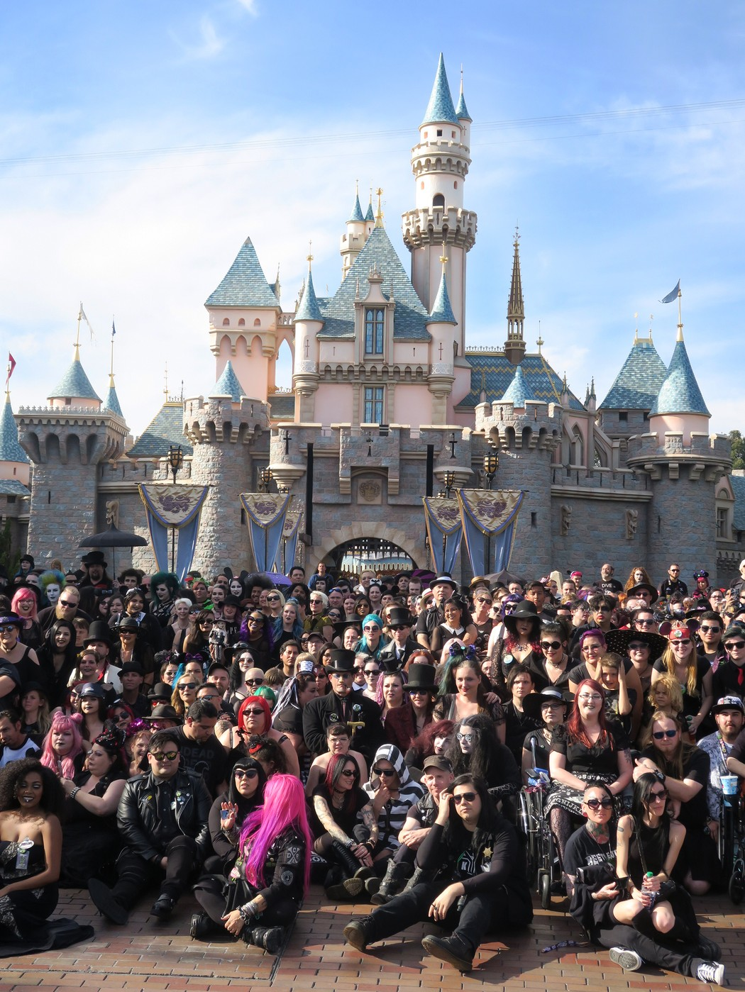 [Disneyland Resort] Le coin des petites infos - Page 7 1525729062489-Disneyland-Goth-Day-Sleeping-Beautys-Castle