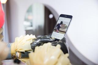 Die Gummipuppe zeigt uns auf ihrem Smartphone ein Instagram-Foto vom Vortag: Sie steht komplett in Latex am Ufer auf der Hotelterrasse, im Hintergrund fährt ein Partyboot über die Spree