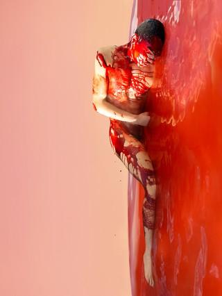 David Uzochukwu Regrowth-II foto van man in rode verf