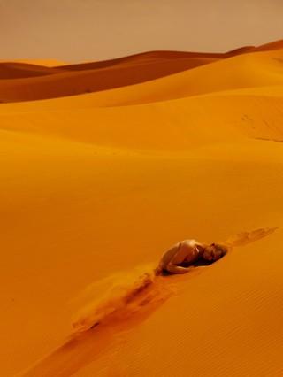 David Uzochukwu Drowse man in woestijn