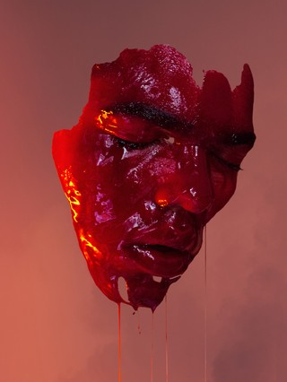 David Uzochukwu Regrowth masker met rode verf