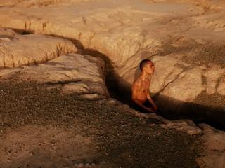 David Uzochukwu Root foto van man tussen rotsen