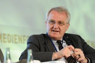 Rainer Wieland sitzt auf einem Diskussionspodium