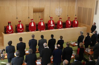 Die acht Richter des Bundesverfassungsgerichts in Karlsruhe erheben sich zu einer Urteilsverkündung