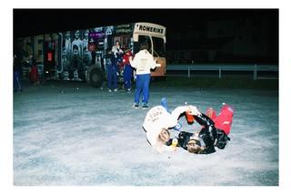 Die Reise beginnt, zwei Schüler wälzen sich auf dem Boden