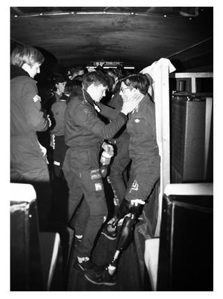 Ein Schüler mit Beinprothesen feiert mit seinem Kollegen