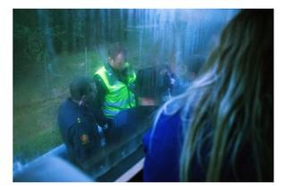 Ein Polizist kontrolliert den Bus auf Drogen