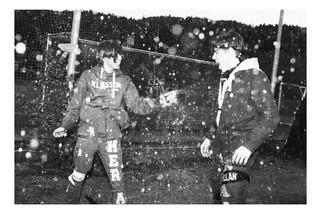 Ein norwegischer Schüler bespritzt einen Kameraden mit Bier