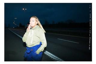 Eine norwegische Schülerin raucht eine Zigarette an der Straße