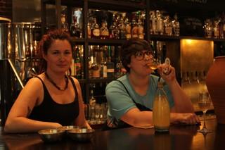Michaela Charles en Tasha Marks bij brouwerij AlphaBeta in Oost-Londen