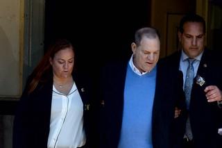 Harvey Weinstein wird in Handschellen aus einem New Yorker Polizeigebäude geführt
