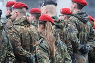 Eine Gruppe von Bundeswehrsoldaten steht mit hinter den Rücken verschränkten Armen in mehren Reihen