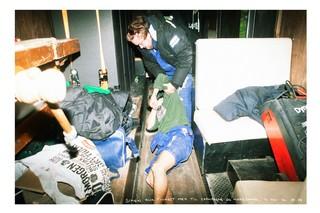 Ein Abschlussschüler hilft seinem betrunkenen Kameraden wieder auf die Beine
