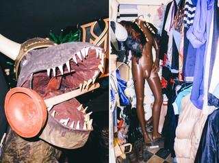 Im Requisitenkeller der Rocket Beans beißt ein Dinosaurier mit Wikingerhelm auf einen Pümpel