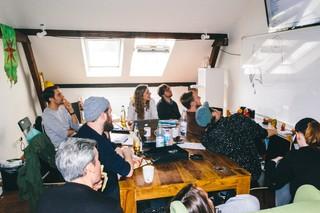 Die Entertainment-Redaktion von Rocket Beans TV besprechen bei einem Meeting die nächste Folge von Neue Deutsche Abendunterhaltung