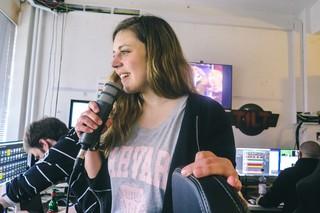 Entertainment-Redaktionsleiterin Anja Räßler in der Live-Regie