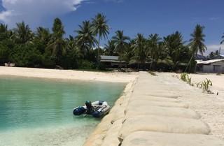 Sandsäcke am Strand von Tuvalu