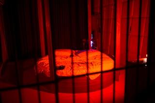 Das Bett im Käfig des BDSM-Zimmers