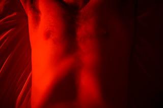 Der Autor liegt auf dem Bett des BDSM-Zimmers