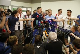 Ein Dutzend Reporter richtet seine Mikrofone auf Alexander Schprygin
