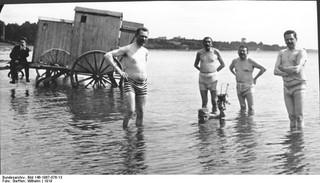 Ein Foto von 1919, das Reichspräsident Friedrich Ebert und den Reichswehrminister Gustav Noske am Strand zeigt.