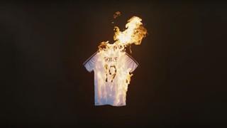Auf einem DFB-Trikot mit dem Namen Götze und der Nummer 19 lodern Flammen