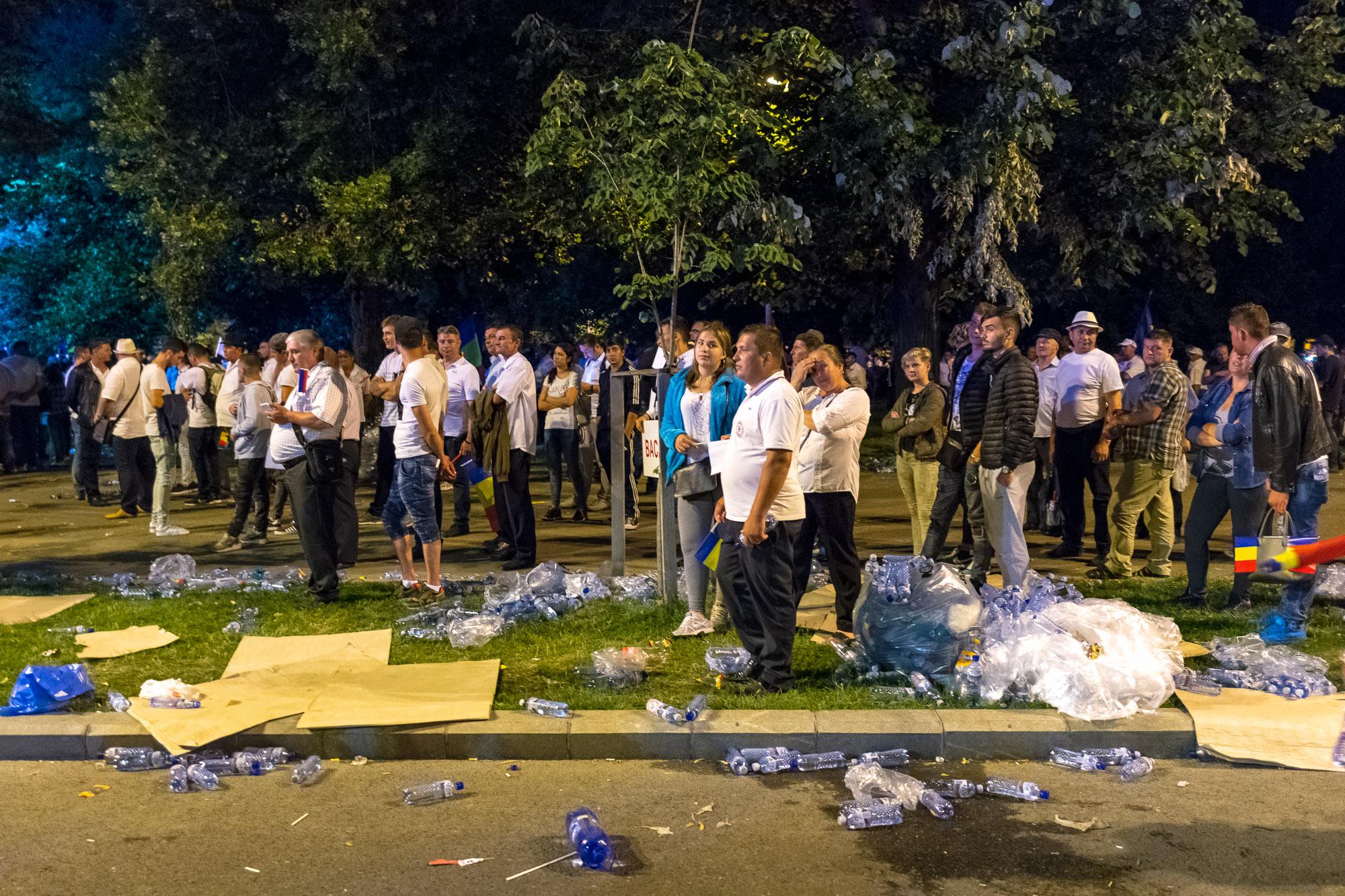 MELE - Cine va pierde de pe urma mitingului PSD-ALDE - Pagina 2 1528628111793-Miting-PSD-mizeria-din-urma-9