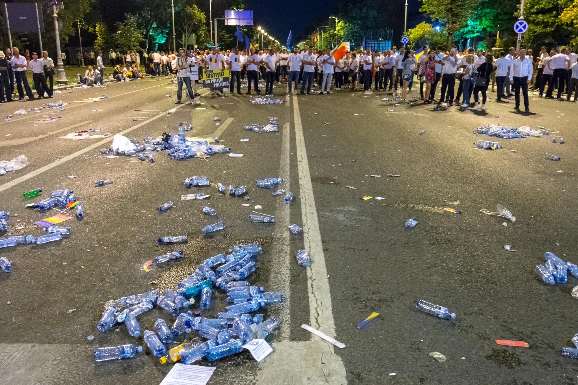 MELE - Cine va pierde de pe urma mitingului PSD-ALDE - Pagina 2 1528628135456-Miting-PSD-mizeria-din-urma-12