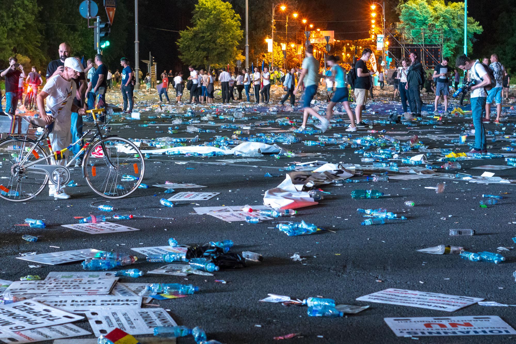 MELE - Cine va pierde de pe urma mitingului PSD-ALDE - Pagina 2 1528628147761-Miting-PSD-mizeria-din-urma-18
