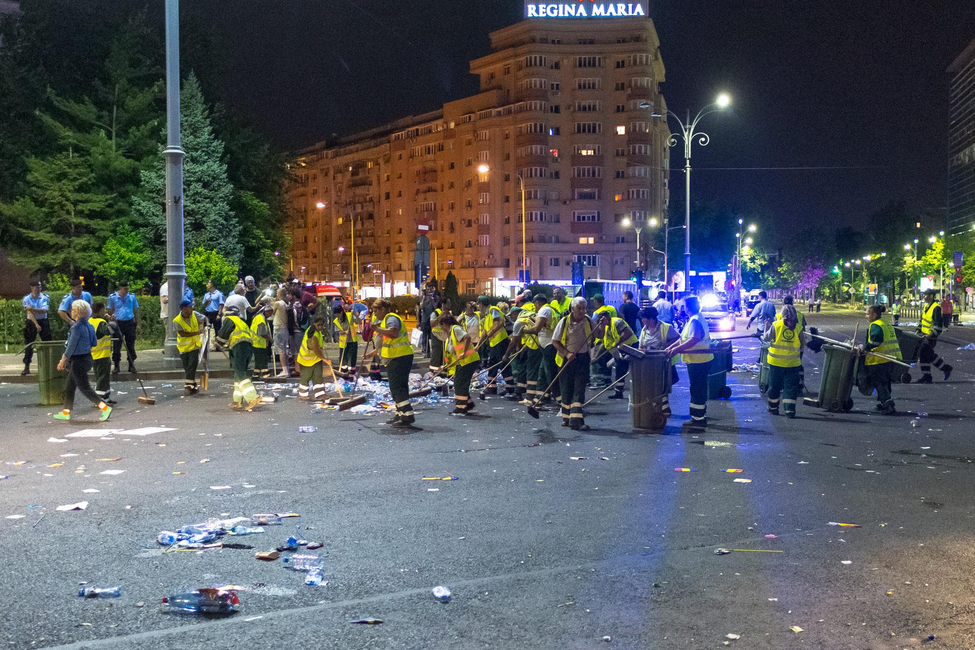 MELE - Cine va pierde de pe urma mitingului PSD-ALDE - Pagina 2 1528628185659-Miting-PSD-mizeria-din-urma-24
