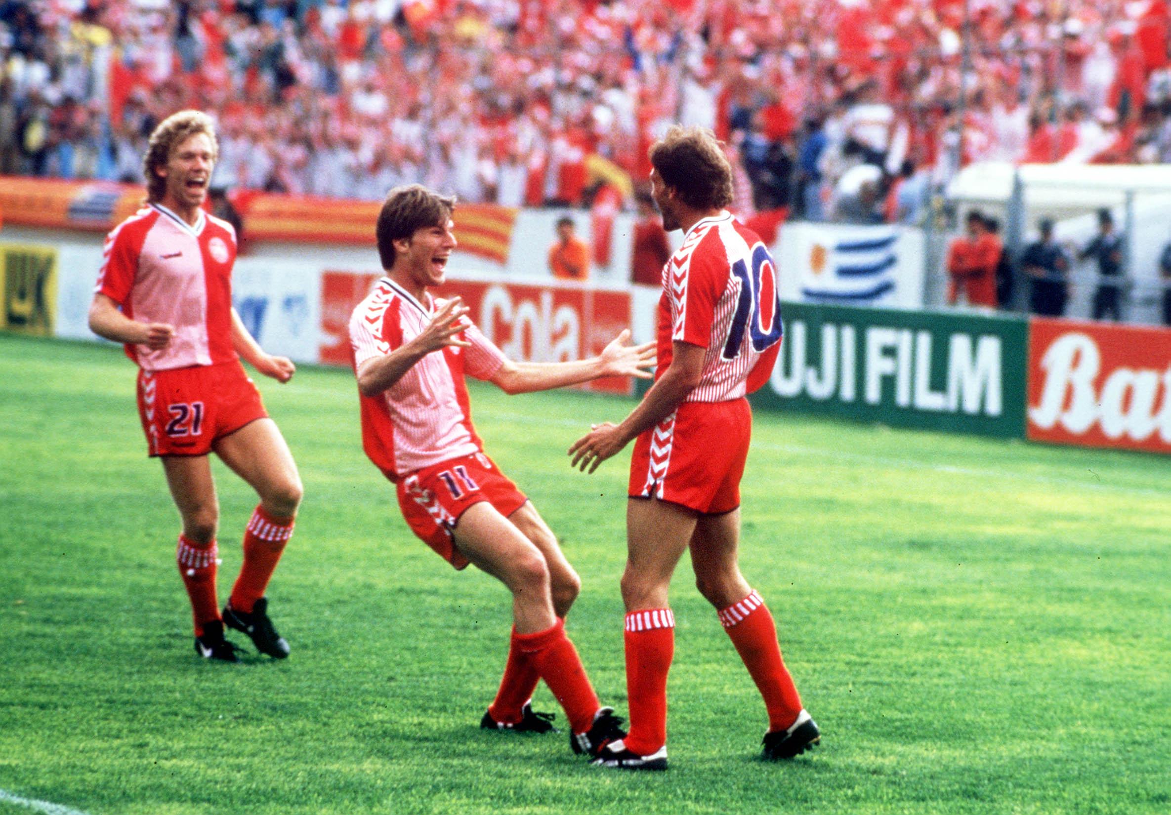 ab6cdd85588 ... af de mest ikoniske trøjer i fodboldhistorien. Foto: Bob Thomas/Getty  Images. Hummel ...