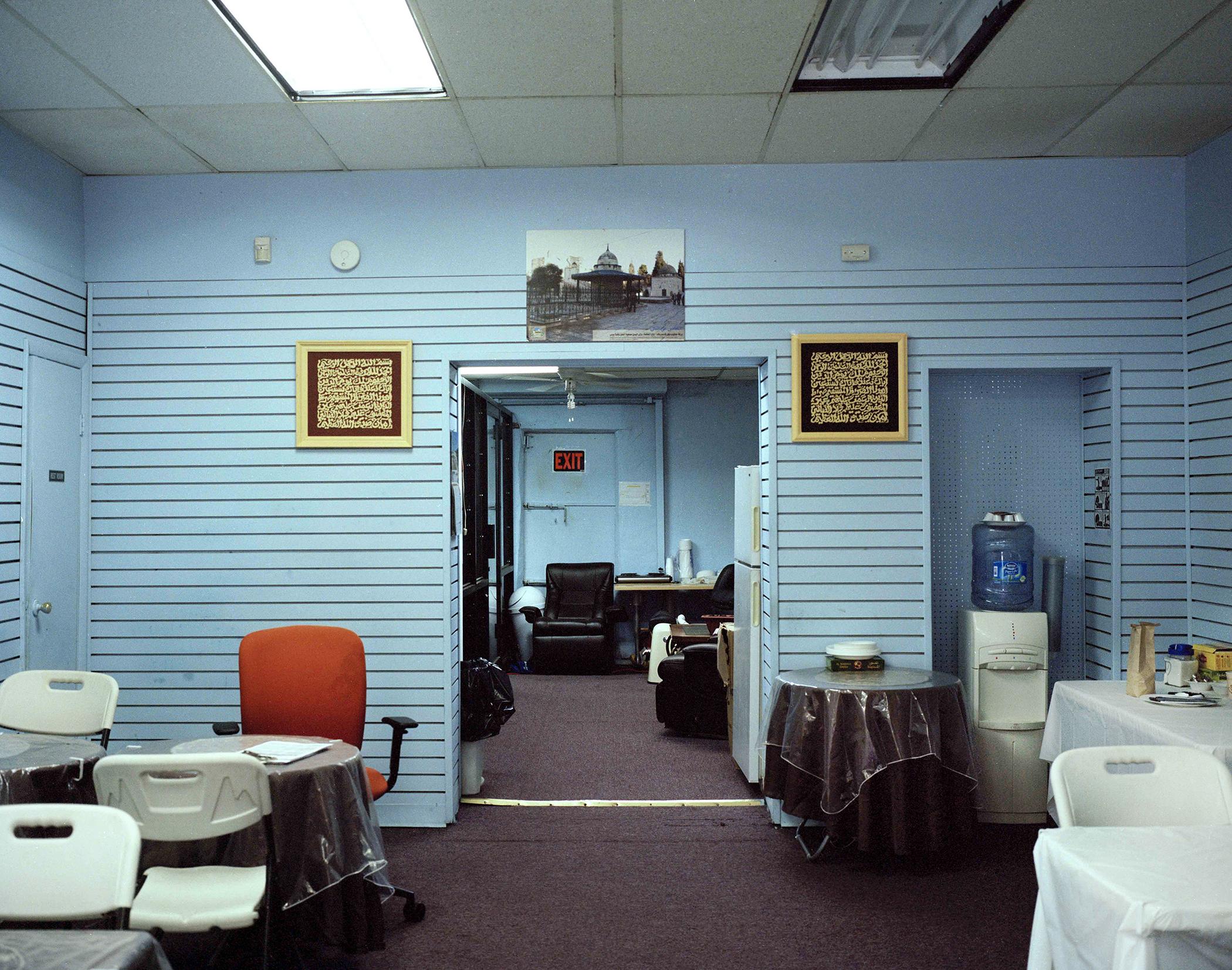 Bagian dalam ruangan bernuansa biru