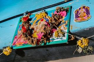 """Girlanden und Ikonen hängen über dem Eingang einer Wohnung im Slum Dharavi in der westindischen Metropole Mumbai. In diesem Teil von Dharavi leben besonders viele Hijras. Unter diesem """"dritten Geschlecht"""" werden in Indien Transfrauen, Intersex- Menschen und kastrierte Männer zusammengefasst."""