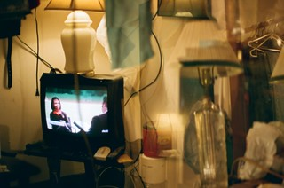Ein laufender Fernseher inmitten von Chaos