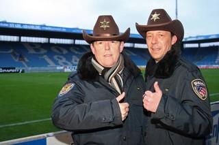 Foto von Toto und Harry in einem Fußballstadion