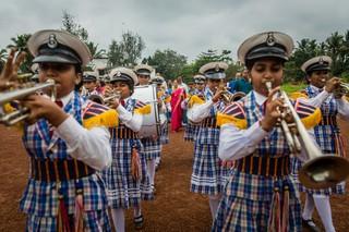 Vor ihrer Rede an einer Schule wird Meenakshi Raghavan von einer Parade begrüßt.