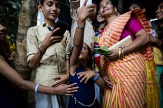 Meenakshi Raghavan posiert für ein Foto mit Fans.