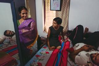 Meenakshi Raghavan zeigt ihren Enkelkindern Lena und Jithin ihre Sari-Sammlung.