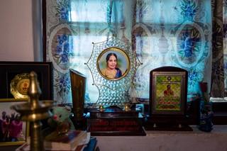 Eine der vielen Auszeichnungen, die Meenakshi Raghavan erhalten hat, steht auf der Fensterbank in ihrem Haus.
