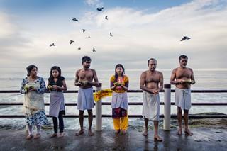 Meenakshi Raghavans Enkelkinder ehren ihren verstorbenen Mann Raghavan mit einem traditionellen Ritual.