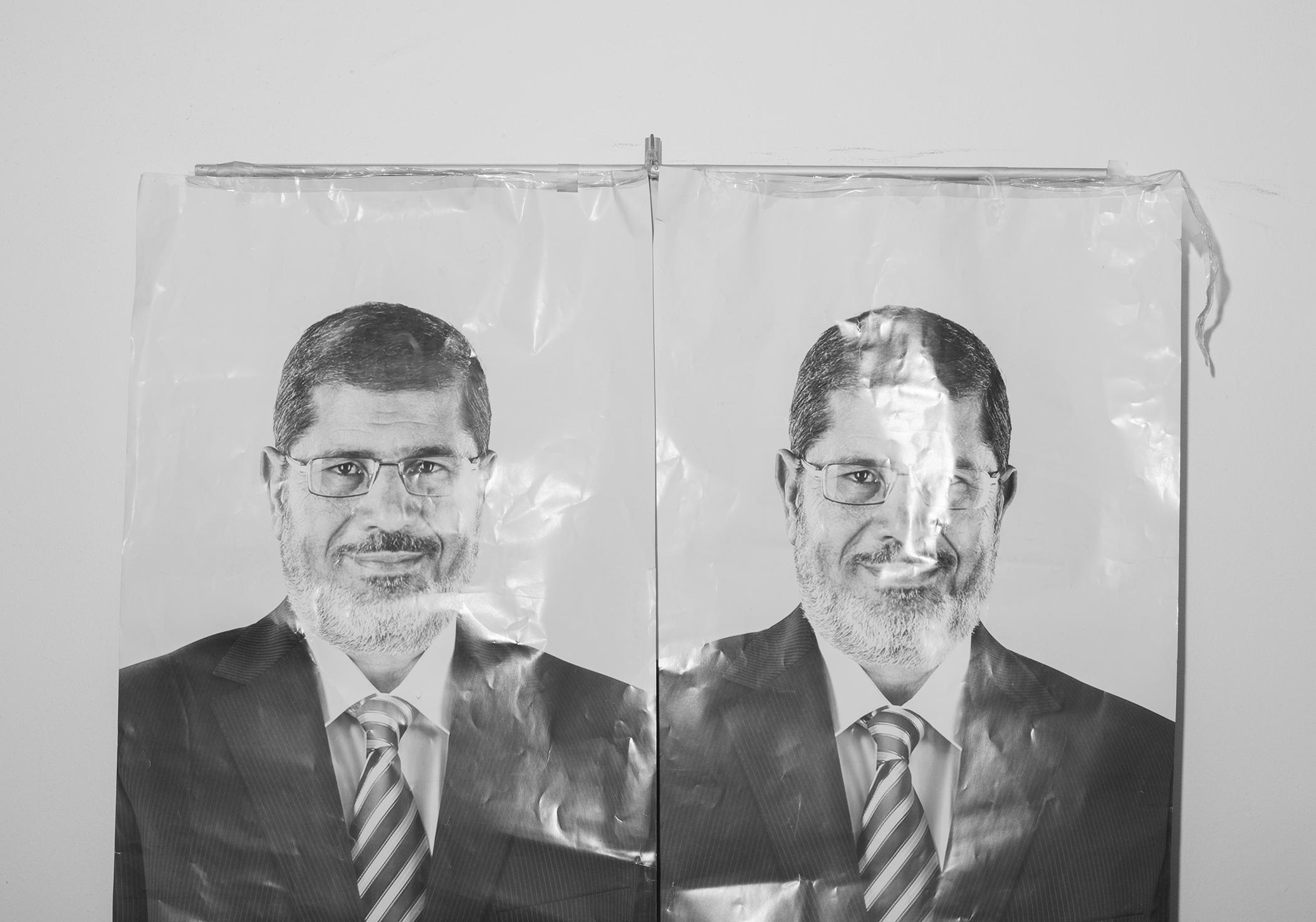Dua foto lelaki berkacamata yang mengenakan jas