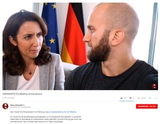 YouTuber Flavio Simonetti trifft die damalige Staatsministerin Özoğuz. Aus dem Treffen einsteht eines von fünf Videos, das die Integrationsbeauftragte laut Bundesregierung Geld mitfinanziert hat.