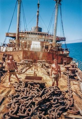 Zwei junge Männer auf dem Deck der aufgelaufenen S.S. America