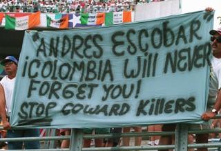 Fans halten eine Flagge zu Ehren Andrés Escobars hoch