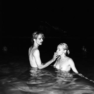 Ein Paar raucht eine Zigarette im Wasser.